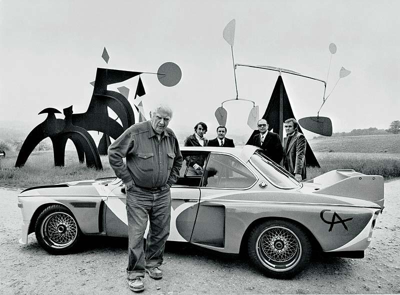 Alexander Calder im Jahr 1975 vor seinem Art Car