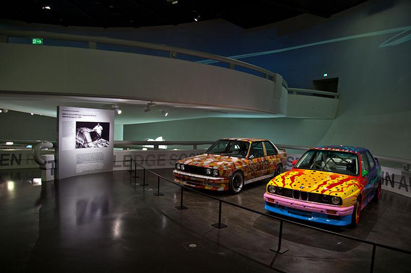 BMW M3 Art Car von Ken Done neben dem Art Car von Michael Jagamara Nelson im BMW Museum in München