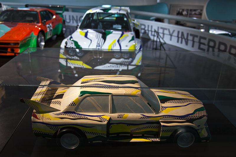 Modell des BMW 320i Gruppe 5 Rennversion, vor dem Original im BMW Museum