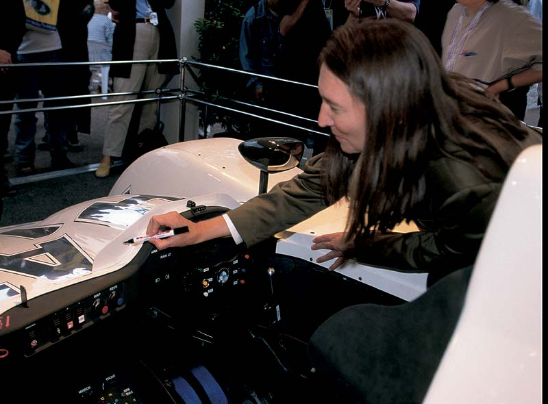 Jenny Holzer bei ihrem Art Car, 1999 BMW V12 LMR