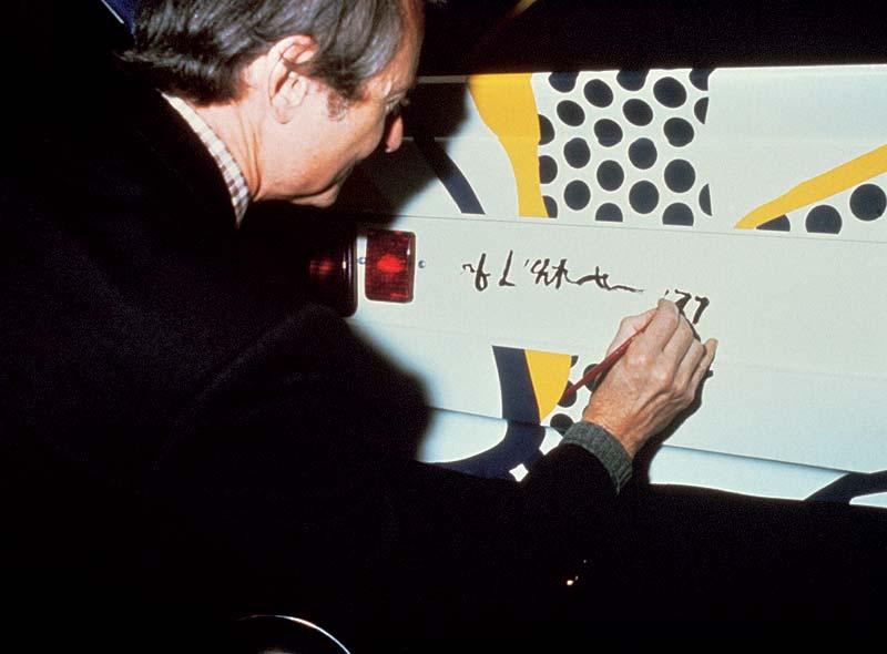 Roy Lichtenstein signiert sein BMW Art Car