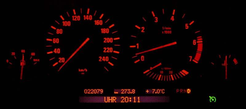 Instrumente bei Nacht im BMW L7