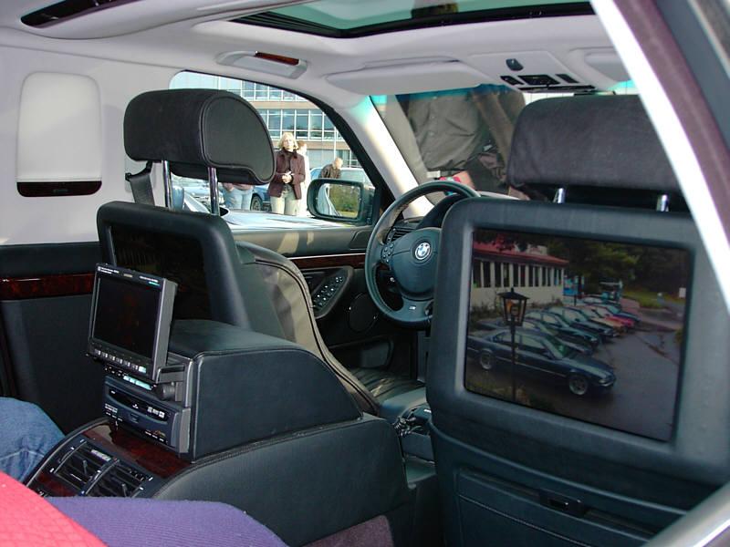 BMW L7 mit großen LCD-Monitoren in den Rückenlehnen der vorderen Sitze
