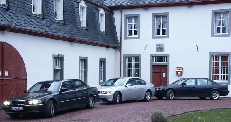 BMW 7er-Parade vor dem Schloss Auel
