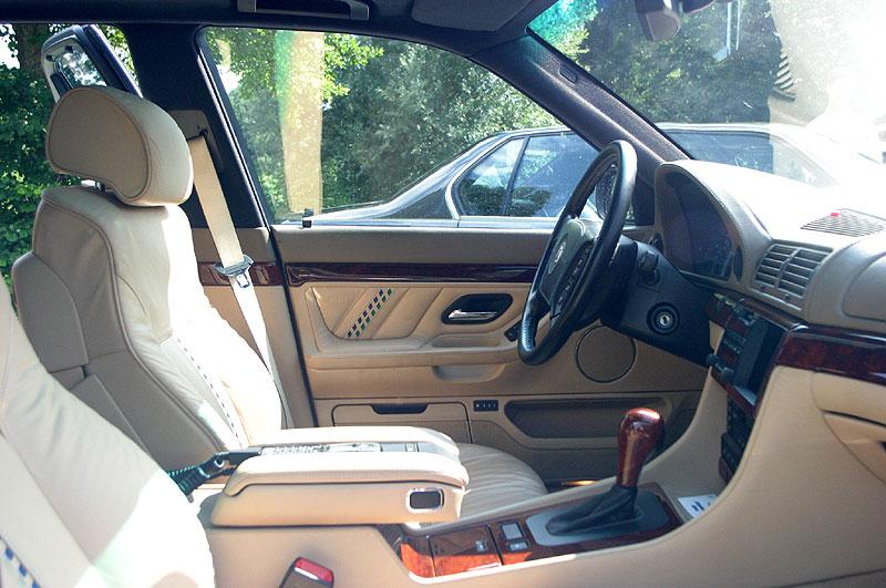 Innenraum vorne des BMW Alpina B12 6.0 (E38)