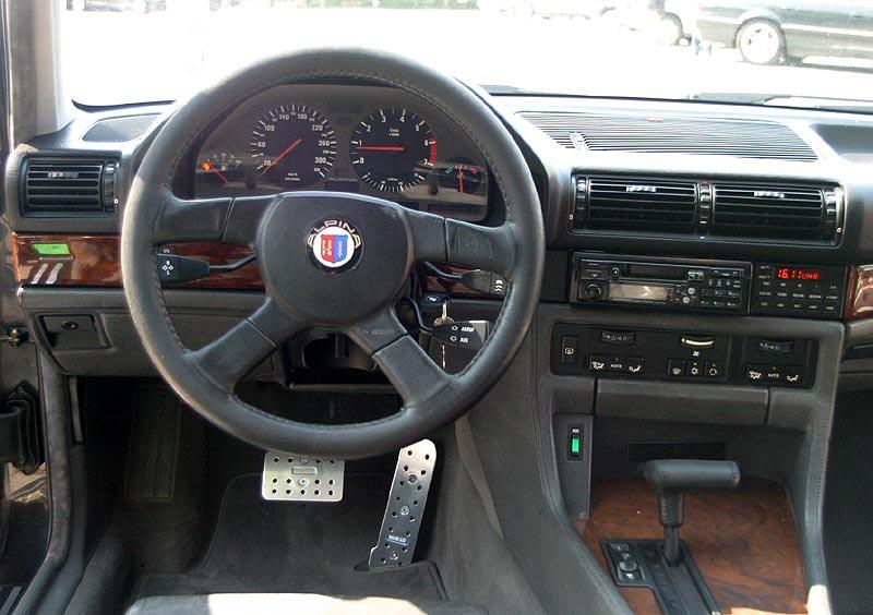 Cockpit des BMW Alpina B12 5.0 (E32)
