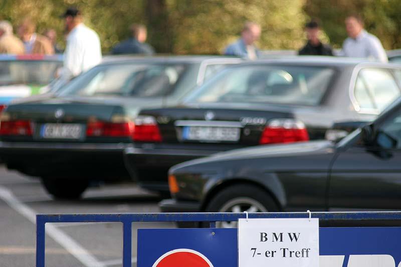 abgesperrter Parkplatz für die Teilnehmer des 7er-Stammtisches