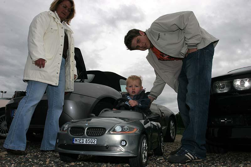"""Philipp, der Sohn von Vera und Alexander """"Highliner"""" mit seinem Mini-BMW Z4"""