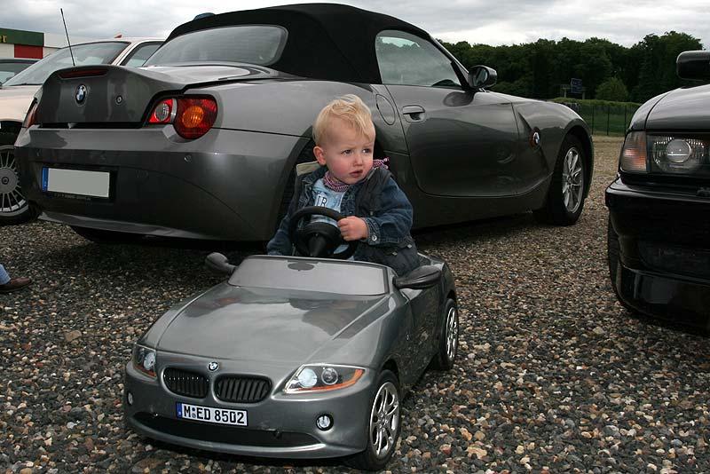 Vera und Alexanders Sohn Philipp im BMW Z4