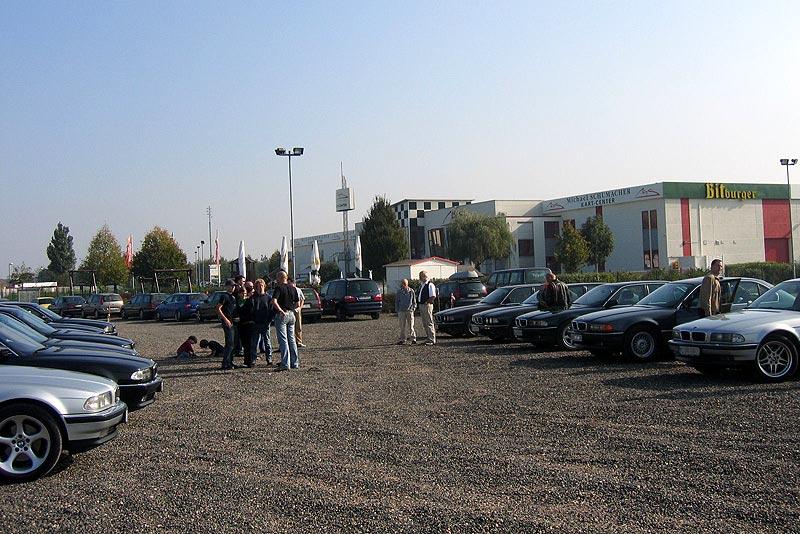 Blick auf den speziell für die 7er-Fahrer abgesperrten Parkplatz in Kerpen