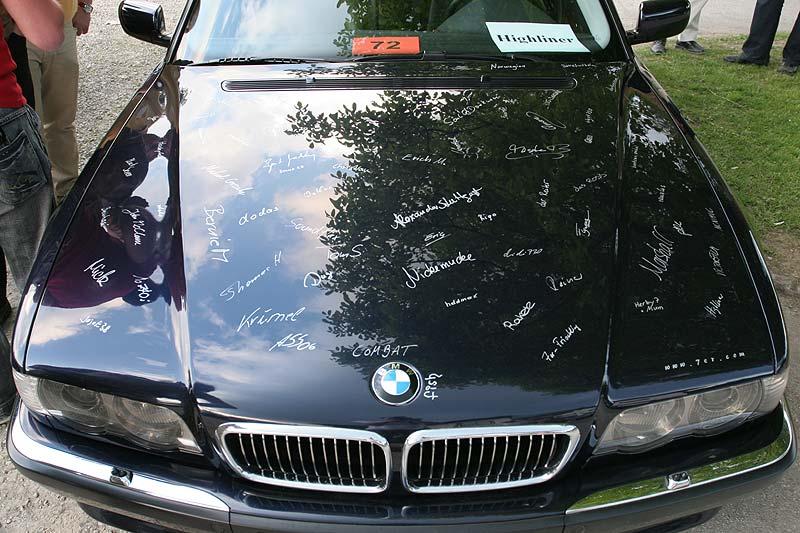 """Motorhaube von Alexanders (""""Highliner"""") Motorhaube mit den Unterschriften"""