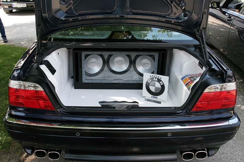 foto wei eingekleideter kofferraum mit soundanlage im e38 von wb750il vergr ert. Black Bedroom Furniture Sets. Home Design Ideas
