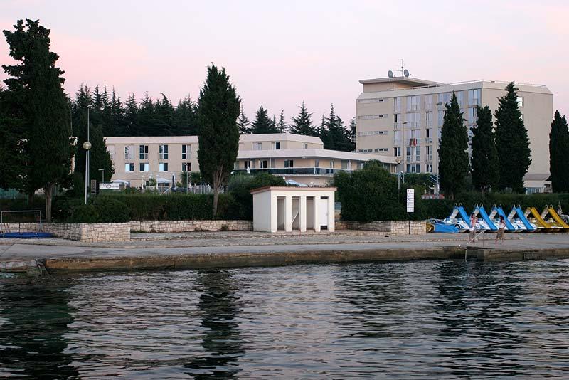 Betonstrand mit Hotelanlage im Hintergrund