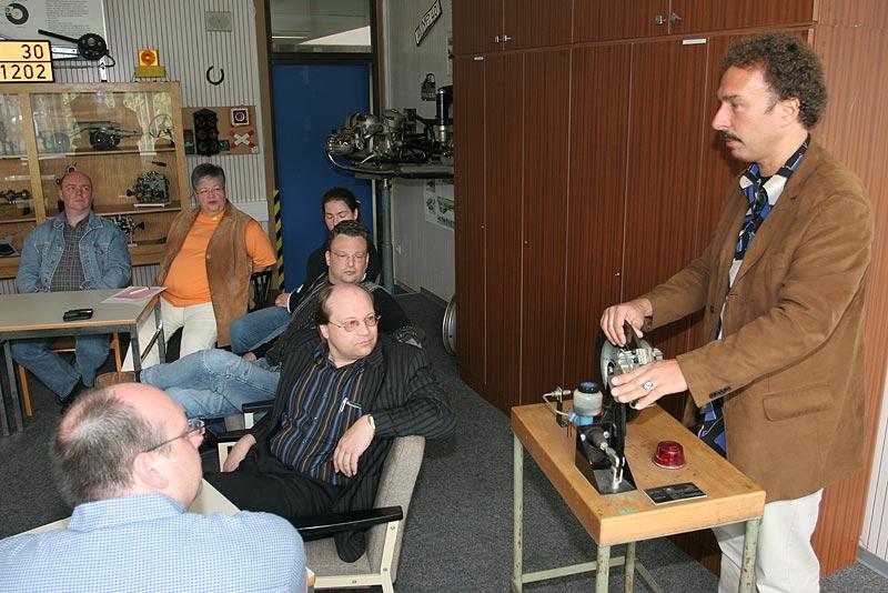 Fahrtrainer Claus Schultze (re.) erläutert die Technik einer Trommelbremse