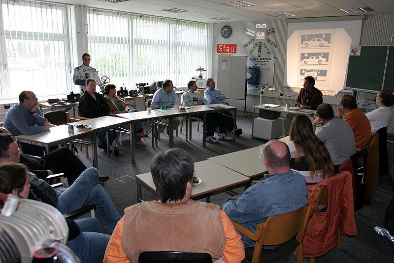 Theorieteil des Fahrertrainings im Schulungsraum der Bereitschaftspolizei in Wuppertal