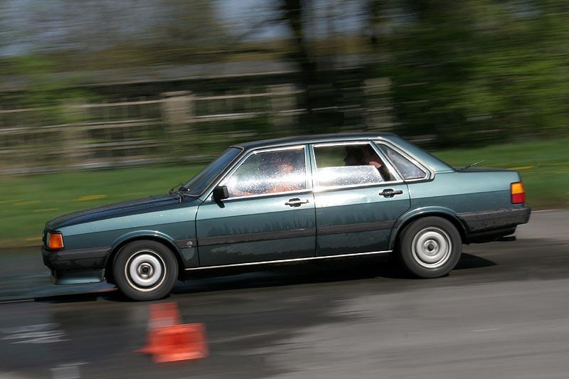 alter Audi 80 im Fahr-Einsatz