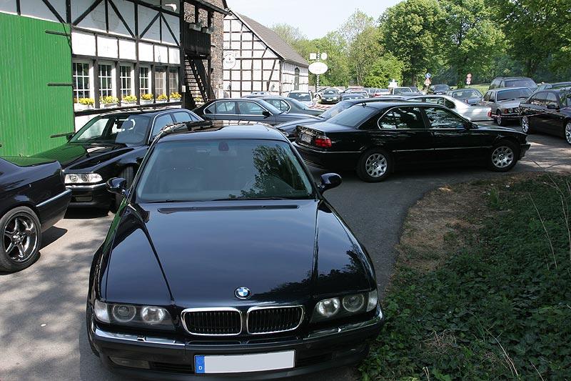 abgesperrter Parkplatz für die 7er-Fahrer am Schevener Hof
