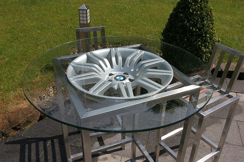 in direkter Nähe des Landgasthauses wohnt ein BMW-Mitarbeiter, welcher seinen selbst gebauten Glastisch mit BMW-Felge zeigte