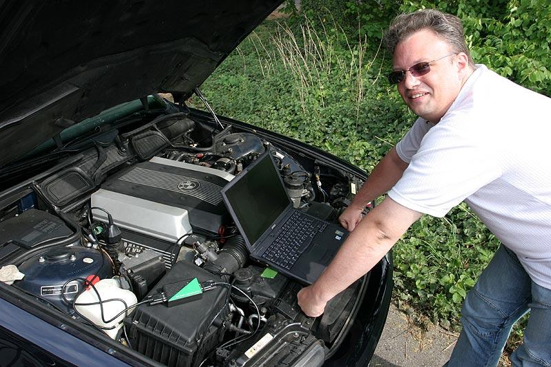 """Markus (""""mk2611"""") schaltete mit dem jüngst in Sammelbestellung gekauften Interface den TV-Betrieb während der Fahrt in Stefans (""""jippie"""") 740i (E38) frei"""