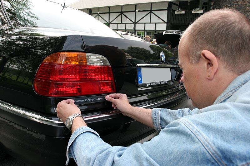 """Thomas klebt den Aufkleber auf den 735i (E38) von Eberhard (""""EV 30"""")"""