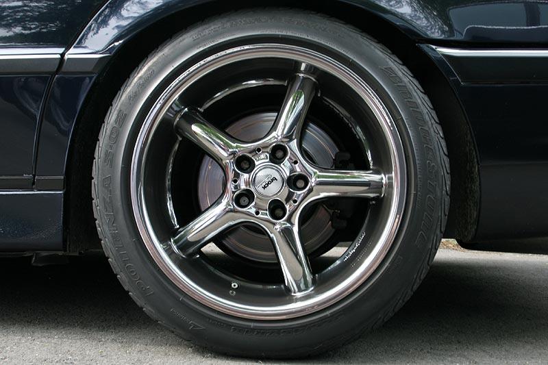 18 Zoll-Räder, hinten mit 255/45 ZR 18-Bereifung von Bridgestone
