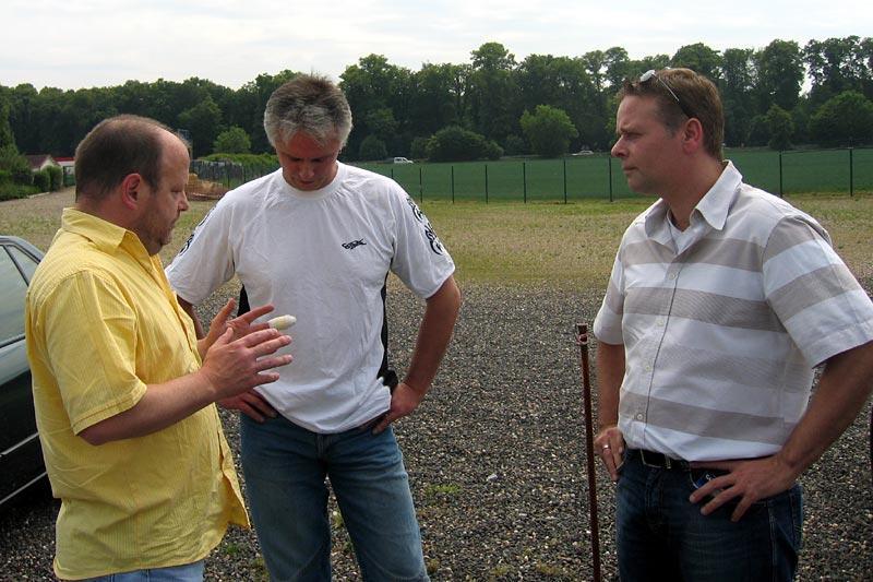 """Horst (""""engel""""), Thomas (""""jak"""") und Frank (""""frank567"""") im Gespräch, auf dem Stammtisch-Parkplatz"""