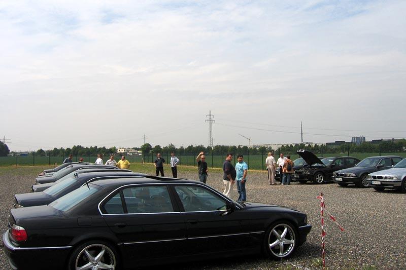 teilnehmende Fahrzeuge auf dem Parkplatz hinter der Michael Schumacher Kartbahn in Kerpen