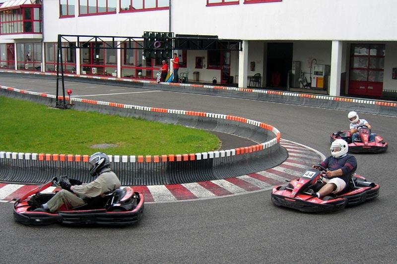 Teilnehmer des Stammtischs beim Kartfahren auf der Michael-Schumacher Kartbahn in Kerpen