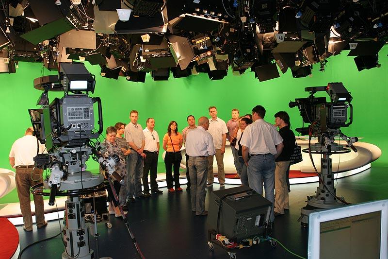 Im Nachrichtenstudio von RTL mit grünem Hintergrund, der im Fernsehen durch ein virtuelles Studiobild ersetzt wird