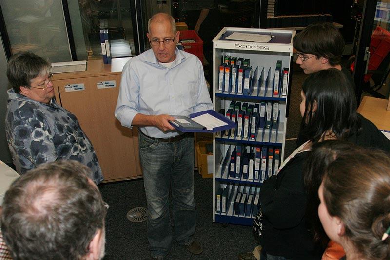 """Jürgen Lieder zeigt im """"Trichter-Raum"""" den Programmwagen mit dem das TV-Programm des Tages gespeichert auf Betamax-Kassetten"""