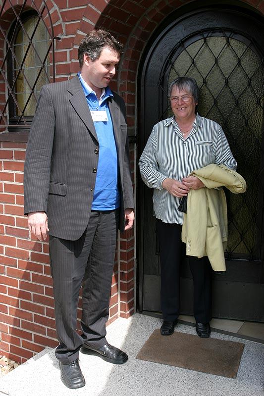"""Andre (""""Herby7"""") mit Bürgermeisterin Klein vor ihrem Haus"""