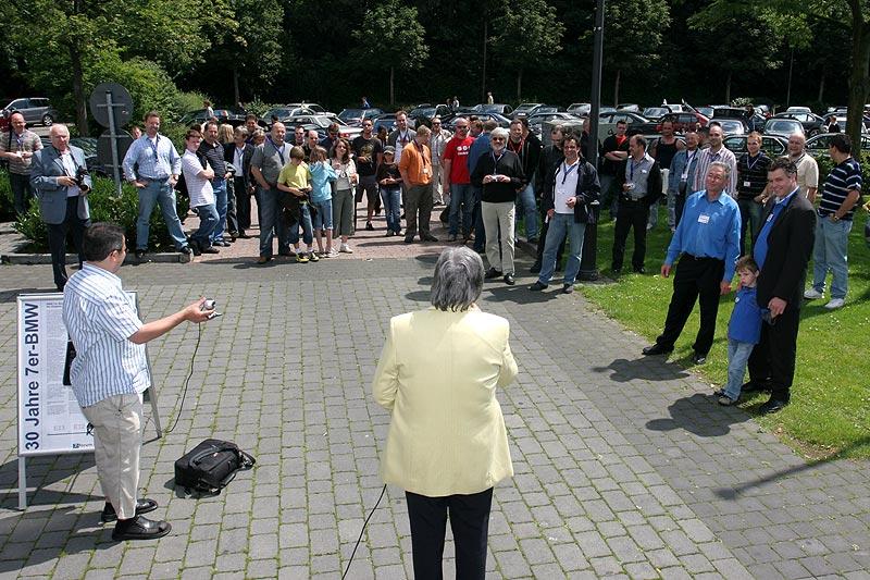 Bürgermeisterin Hedwin Klein spricht zu den 7er-Fahrern in Wegberg