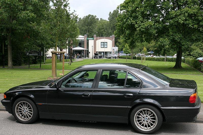 BMW 7er der Modellreihe E38 vor dem Forum in Wegberg