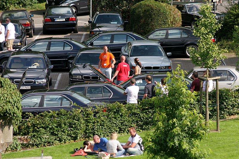 7er-Parkplatz in Wegberg, umgeben von einem Park