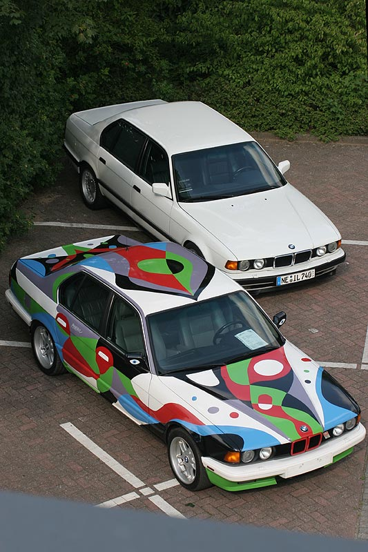 2x BMW 7er, Modell E32, einmal im Original-Lack, einmal als ArtCar umlackiert