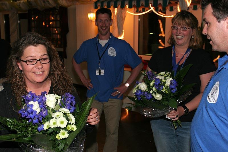 Am Abend wurde die Helferinnen Sonja und Vera mit einem Blumenstrauß für ihre Mithilfe gedankt