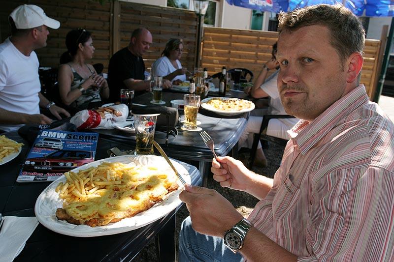 """Stefan (""""Jippie"""") mit seinem Riesen-Hawaii-Schnitzel im Biergarten des Landgasthauses Brandenburg"""