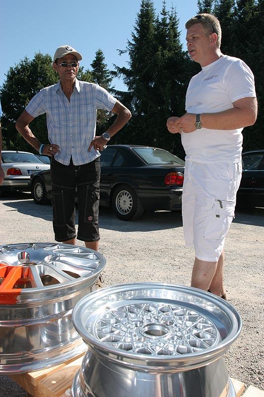 """Michael (""""Felgenmicha"""") erklärte, wie er bei der Felgen-Aufbereitung vorgeht und zeigte exemplarisch drei Felgen"""
