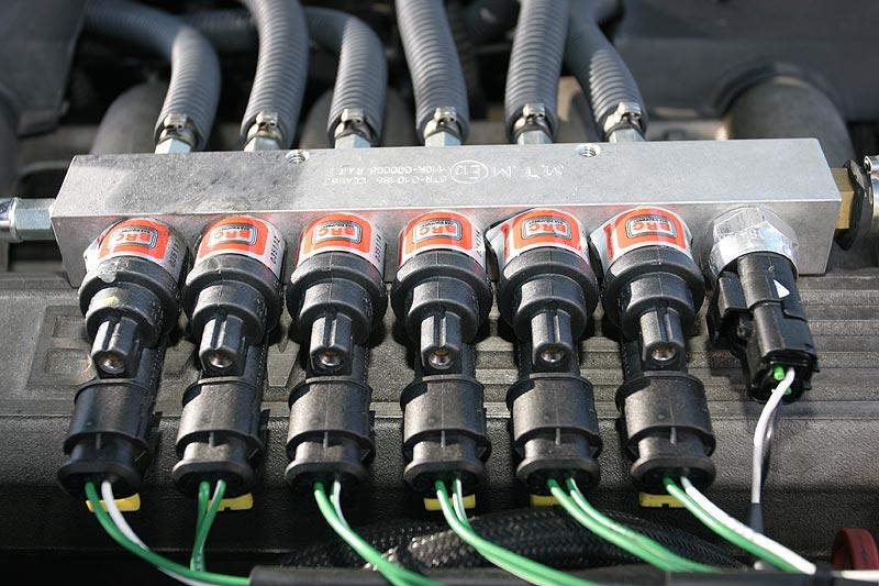 Gaseinspritzanlage auf einer der beiden 6-Zylinder-Reihen des V12-Motors