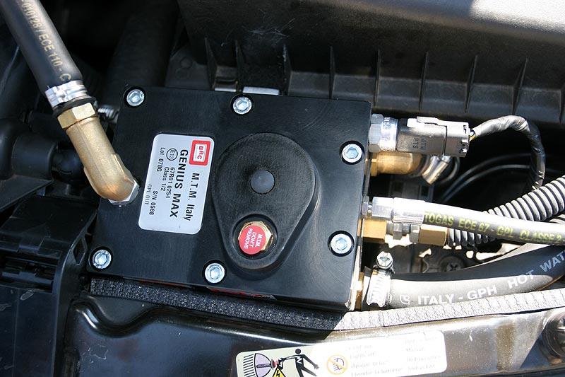Gas-Verdampfer; nachdem der Motor über Benzin gestartet wurde, wird der Verdampfer mit heißem Wasser versorgt