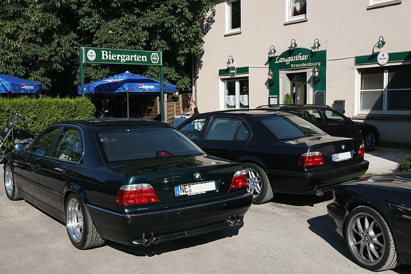 """7er-Parkplatz vor dem Landgasthaus Brandenburg. Vorne der BMW 740i (E38) von Thomas (""""CoMBaT"""")"""