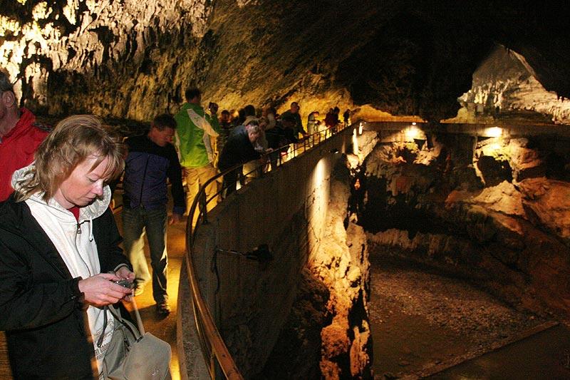 Susanne (vorne) in der Postojna Höhle in Slowenien, hier nach der Besichtigung