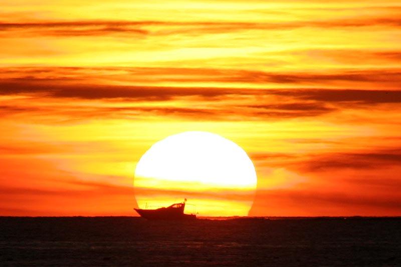 Vom Hotel aus kann man - zumindest aus den oberen Etage - Schiffe bei Sonnenuntergang beobachten