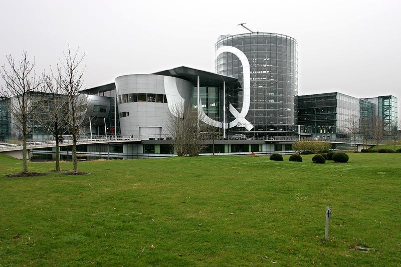 großes Q - wie Qualität - auf dem Gebäude der Gläsernen Manufaktur in Dresden
