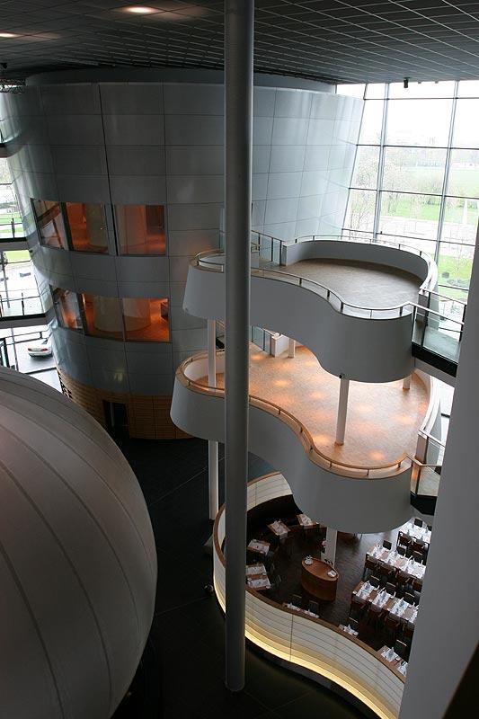 """rechts unten das Restaurant """"Lesage""""; links im Turm Lounges für Kunden und Interessenten"""