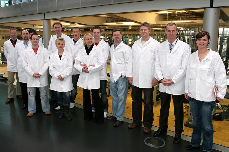 Im Produktionsbereich wurden die Teilnehmer mit weißen Kitteln ausgestattet