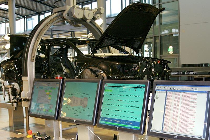 ständig wird die Qualität überwacht und Mess-Ergebnisse über Kontroll-Monitore ausgegeben