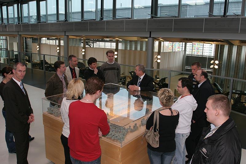 Anhand eines Modells der Gläsernen Manufaktur wurden einzelne Gebäudeteile erklärt