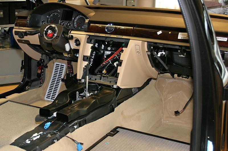 Blick in den noch nicht fertigen Innenraum eines VW Phaetons