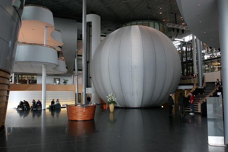 Weltkugel im Eingangsbereich der Gläsernen Manufaktur - eine Hommage an das erste weltweit gebaute Kugelhaus in Dresden im Jahr 1928